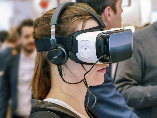 dame met virtual reality bril